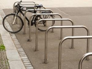 So könnten die neuen Fahrradständer aussehen, natürlich ohne den versiegelten Untergrund. Bild: FotoHiero  / pixelio.de